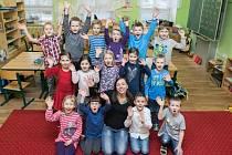 Prvňáčci ze Základní školy v Čeperce s ředitelkou školy Lenkou Burešovou.