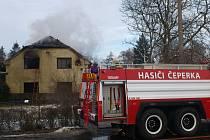 Požár vybydleného domu v Čeperce. Hasiči kvůli své bezpečnosti museli strhnout střechu.