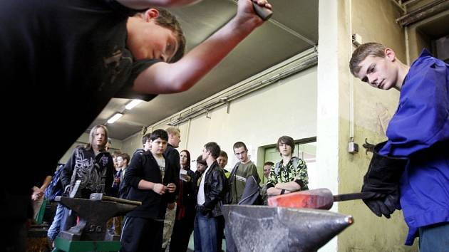 Exkurze do Střední stavební školy v Rybitví má žáky přilákat k technických oborům.