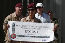ČEŠTÍ VOJÁCI v provinčním rekonstrukčním týmu (PRT) v afghánském Logaru uspořádali finanční sbírku pro pozůstalé obětí nedávného výbuchu v pardubické Explosii.