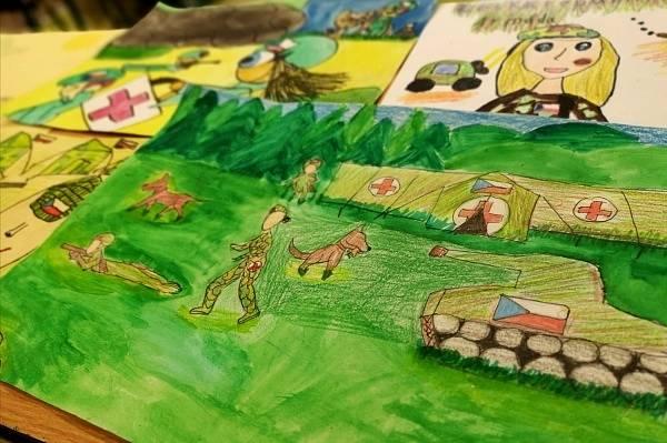 Děti malovaly obrázky s vojenskou tématikou.