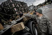 Nakládání munice, kterou Česká republika věnuje na boj s Islámským státem.
