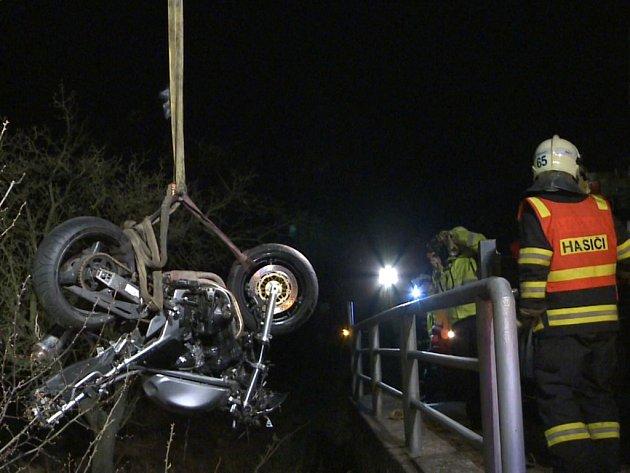 Nehoda motocyklu si vyžádala dva mrtvé muže. Se strojem vylétli ze zatáčky a skončili v potoce.
