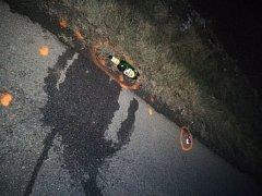 Mrtvý muž oblečený v černém si na cestu po neosvětlené úzké silnici vzal i lahev piva.