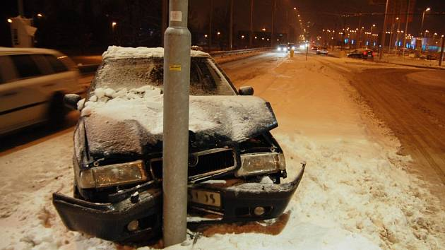 Auto po nehodě skončilo u sloupu
