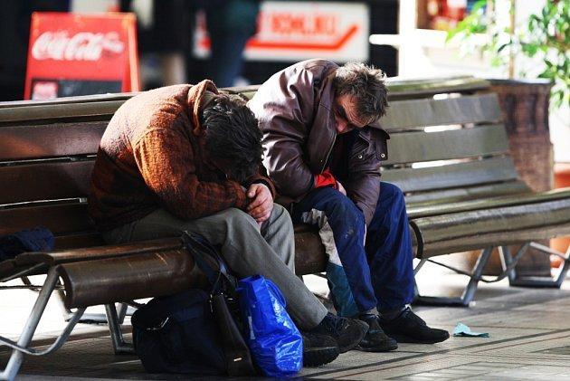 Každodenní marný boj s opilými bezdomovci na pardubickém nádraží