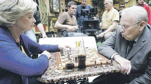 Známý manželský herecký pár Jana Hlaváčová a Luděk Munzar v Pardubicích natáčí nový televizní příběh s názvem Podvodnice.