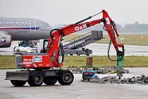 Kromě letadel je nyní možné na pardubickém letišti vidět i stavební stroje.