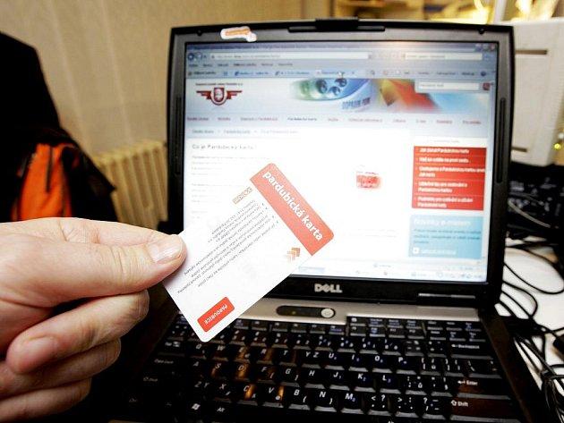 Pardubickou kartu si budou moci cestující již brzy nabít z pohodlí domova přes internet. Dopravní podnik města Pardubic by chtěl novinku spustit už v březnu.