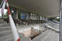 Letní stadion v Pardubicích je stále v obležení demoliční čety. Nyní se k ní ale přidají i dělníci, kteří část stadionu vyztuží, a poté bude ještě několik týdnů demolice pokračovat.