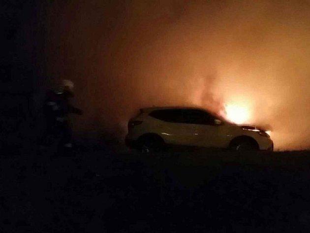 Hořící vozidla na Palackého třídě.