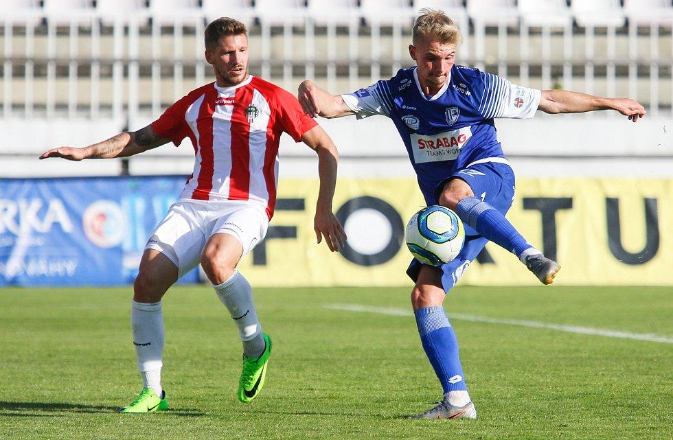 Utkání Fobalové národní ligy mezi VK Viktoria Žižkov (v bíločerveném) aFK Pardubice (v modrém).