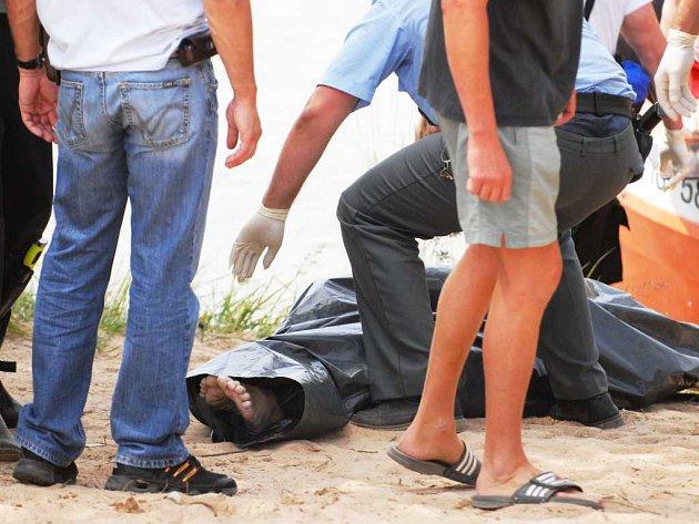 Na Mělicích u Přelouče se v neděli ráno utopil mladý muž.