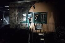 Z hořící chaty hasiči vynášeli propanbutanovou lahev. Foto: HZS PAK