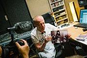 Eddie Howell ve studiu v Hradci Králové s fotografií z natáčení původní písně.