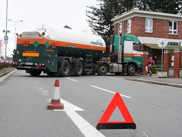 Kamion zůstal zaseknutý před vjezdem do výzkumného ústavu. Znehybnila jej závada na spojce.