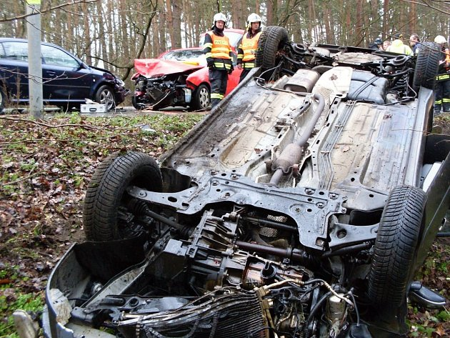 Nehoda tří vozidel u pardubického dostihového závodiště. Zranění utrpěla i těhotná žena.