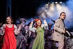 Divadelní bál 2017 ve Východočeském divadle v Pardubicích. Oblíbenou částí je vždy přehlídka divadelních kostýmů.