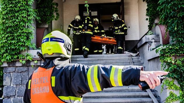 Cvičení hasičů v Masarykově základní škole v Dolní Rovni.