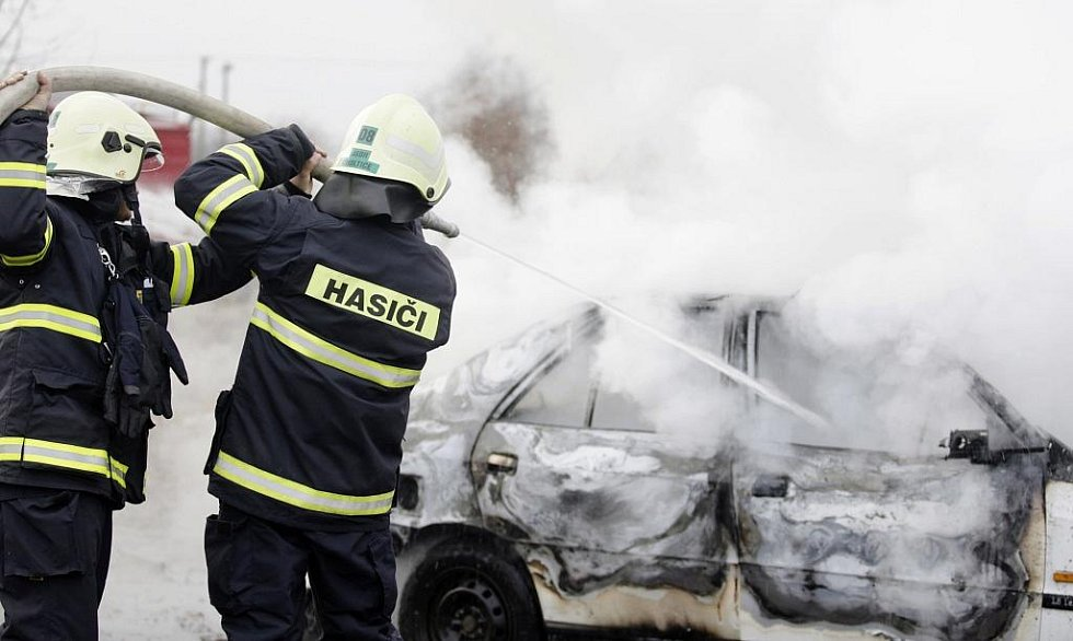 Zásah jako opravdový. Požár auta dostávají choltičtí hasiči pod kontrolu rychle.