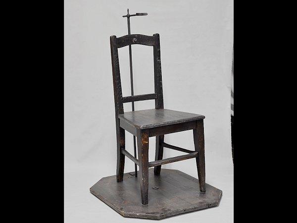 Židle, kterou gestapo vPardubicích používalo kfotografování zadržených byla na otočném podstavci a vylepšena byla ioopěrku hlavy.