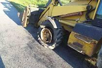 Celé čtvrteční dopoledne museli hasiči odstraňovat nehodu v Lipolticích. Střet osobního vozu a bagru zaměstnal nejen hasiče ale i plynaře a jeřáb.