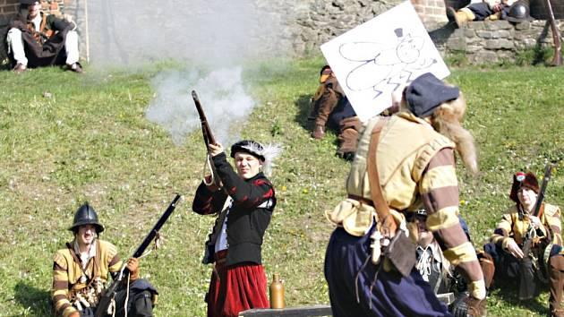 Střelecký den na Kunětické hoře. Výjevy z dob třicetileté války.