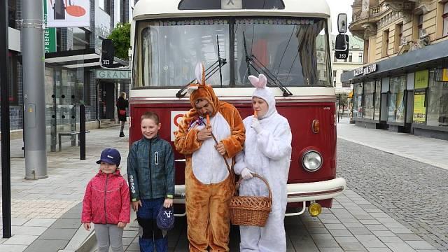 V Pardubicích vyjede v pondělí trolejbus s velikonočním zajíčkem. Velikonoční jízdy se ale konaly i na koních.