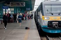 Pod Pendolino jedoucí z Prahy do Ostravy se v Pardubicích vrhl bezdomovec. Střet s vlakem přežil.