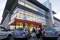 Policie prohledávala AFI Palác kvůli nahlášené bombě. Žádnou ale nenašla, šlo zřejmě o nejapný žert.