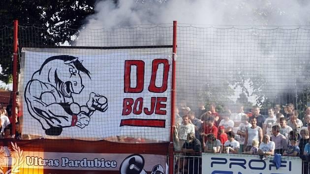 Ostře sledované fotbalové derby mezi Pardubicemi a Hradcem Králové se obešlo bez větších excesů fanoušků.