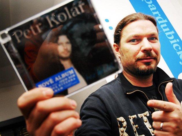Zpěvák Petr Kolář zavítal do pardubické redakce na on-line rozhovor