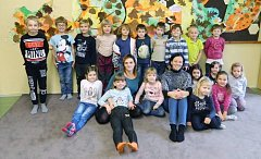 Žáci 1. A s třídní učitelkou Vítězslavou Stodolovou ze Základní školy Choltice.