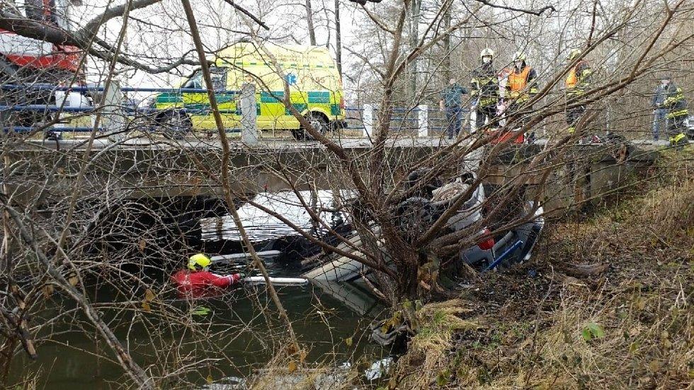 Jaroslava Zdražilová a Michaela Vtípilová pomohly v Miřeticích posádce havarovaného vozu, který 23. prosince 2020 skončil na střeše v potoce.