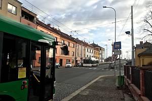 Aby řidič autobusu mohl vjet na nadjezd, musí počkat, než se rozsvítí modrá šipka.