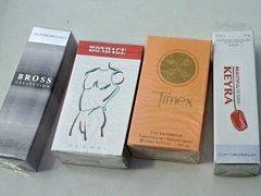Zboží prodejců parfémů. O jeho poctivosti lze jistě pochybovat, pokud jej nabízí podivní prodejci na ulici