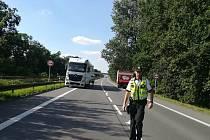 Došlo ke střetu cyklistky s nákladním autem, žena na místě zemřela.