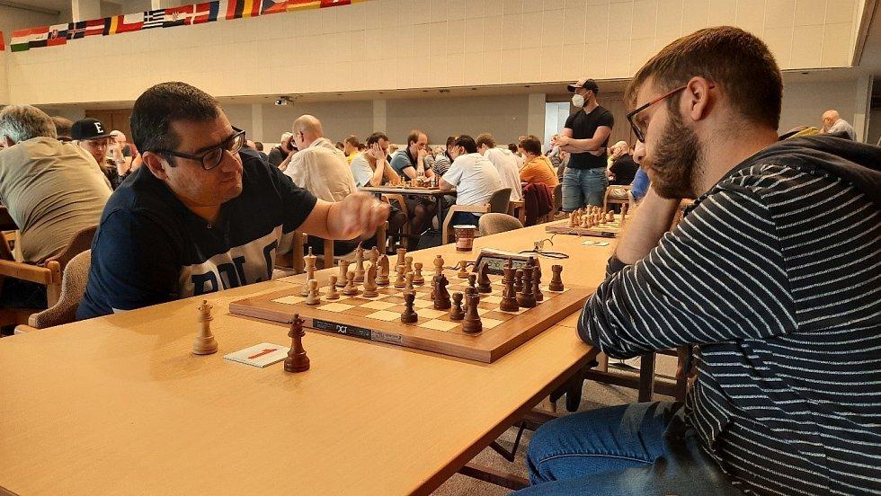 Sergej Movsesjan (vlevo) v partii rapidu s Antoniosem Pavlidisem