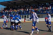 Letohradští hokejbalisté (v modrém) se radují z postupu do semifinále.