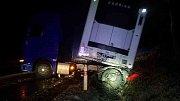 Takhle skončil také kamion u obce Gruna.
