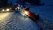 Páteční ráno na Pardubicku a Chrudimsku. Sníh řidiče překvapil.