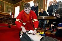 Město převzalo první z pěti externích automatických defibrilátorů