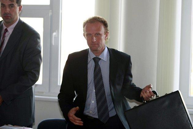 Soudní proces s bývalým ředitelem havlíčkobrodské nemocnice Josefem Pejchlem, který byl obžalován ze zatajení Zelenkových heparinových vražd. Pardubický soud jej osvobodil