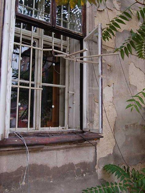 Zadní okno kudy dosud nezjištění pachatelé vnikli do objektu