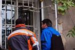Kriminalisté prohlížejí zničené mříže