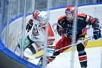 Hokejové utkání Tipsport extraligy v ledním hokeji mezi HC Dynamo Pardubice (v bíločerveném) a HC Mountfield Hradec Králové (v černočerveném) v pardudubické enterie areně.