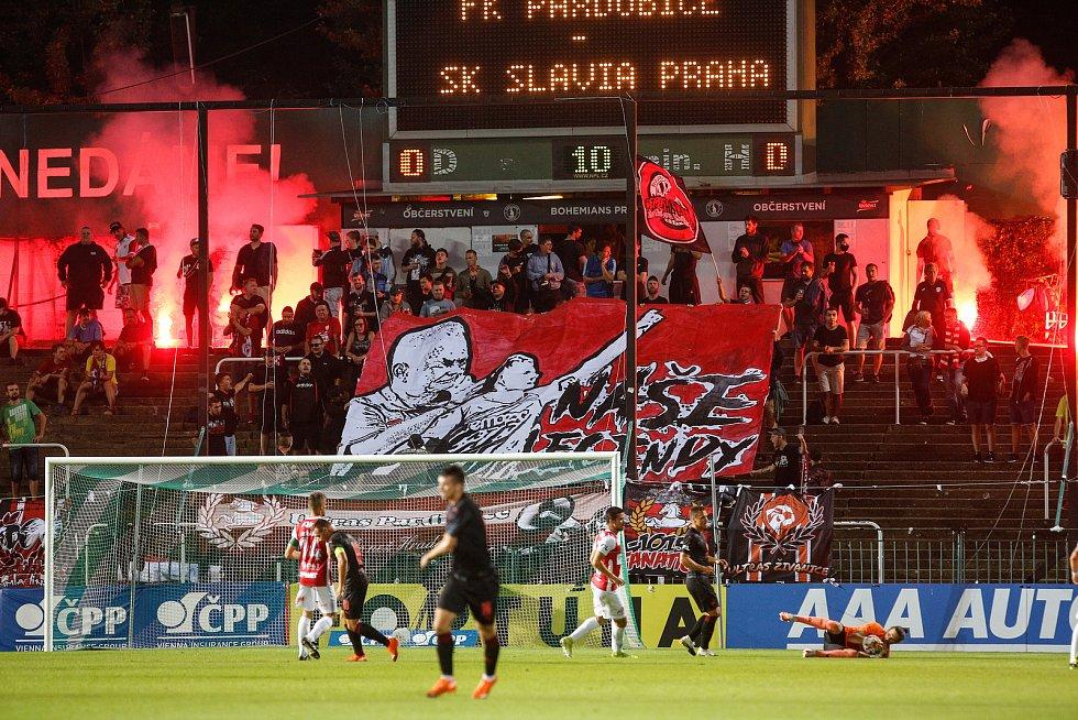 Fotbalové utkání Fortuna ligy mezi FK Pardubice (v červenobílém) a SK Slavia Praha ( v černém) na Městském stadionu Ďolíček v Praze.