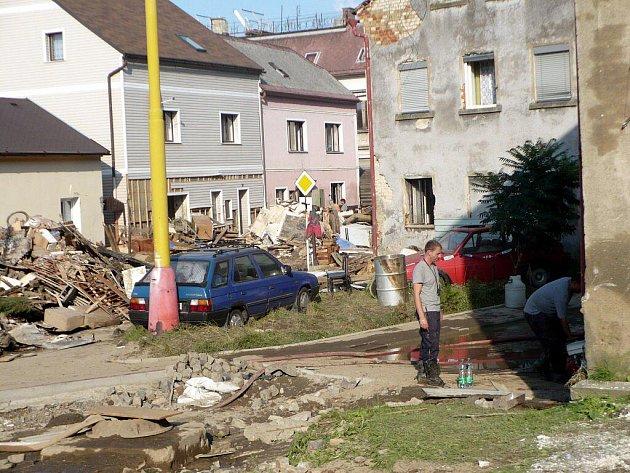 Jednotka dobrovolných hasičů města Sezemic pomáhala v Libereckém kraji, který postihla přírodní katastrofa.