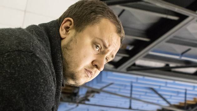 MÍT DOBRÝ VÝHLED. Videotrenér Denis Havel při extraligovém utkání Pardubic.