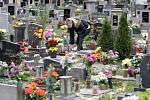 Poznamenané Dušičky: Vítr někde poškodil také hroby.